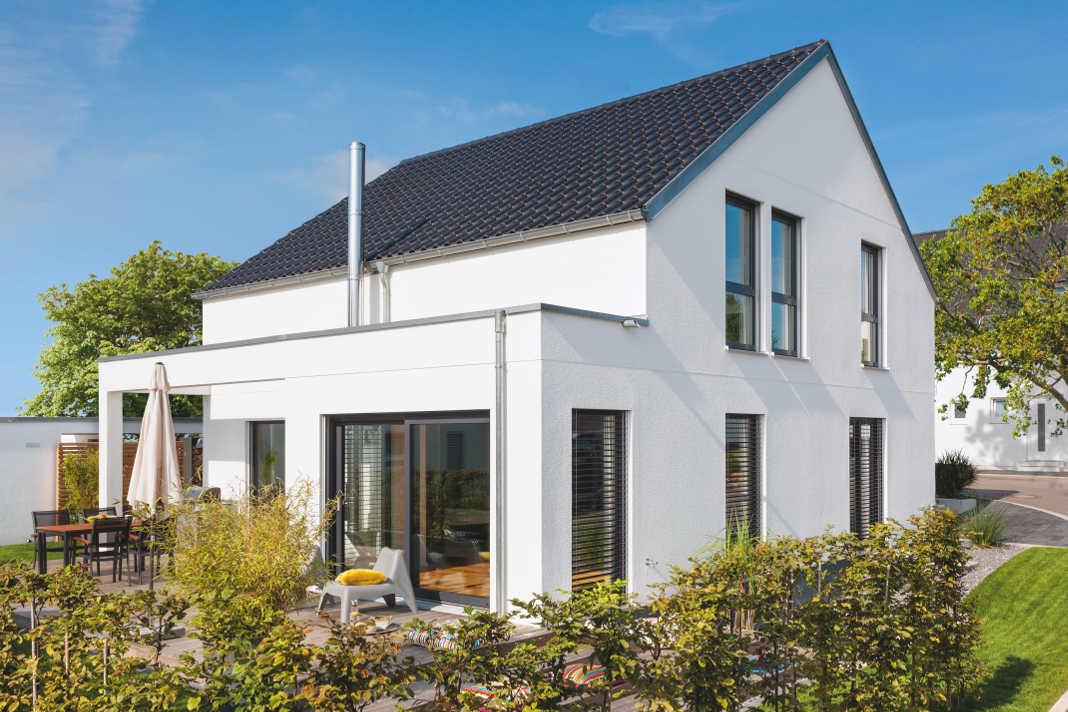 Satteldach-Haus von SchwörerHaus im Bauhausstil.