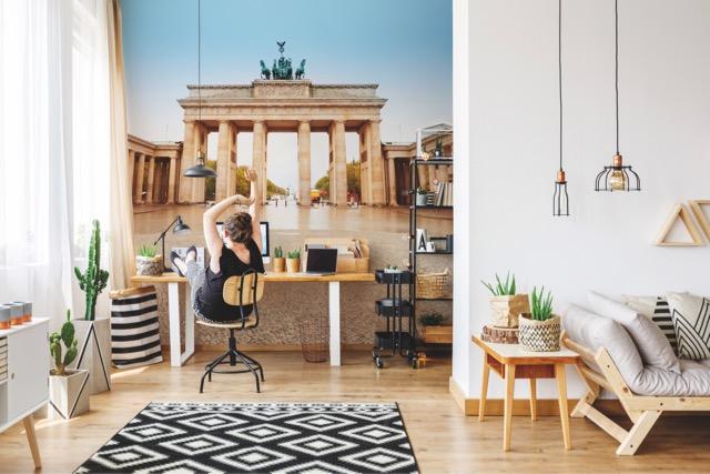 Modern eingerichtetes Home Office mit Wandtapete.