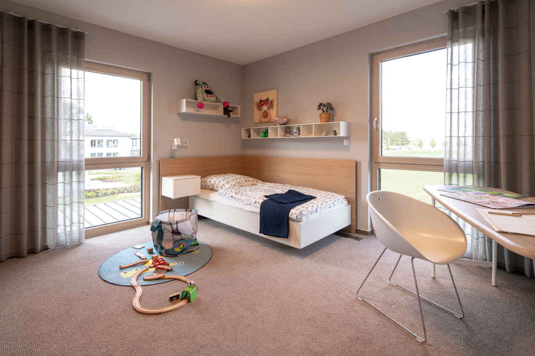 Kinderzimmer mit viel Tageslicht in moderner Stadtvilla Medley 3.0 - FingerHaus