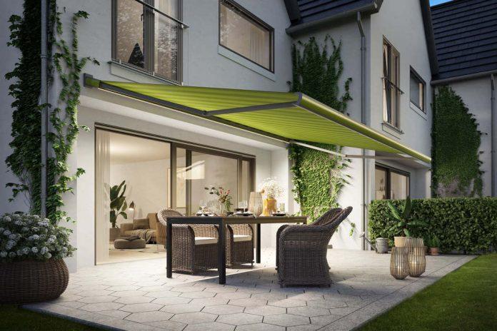 Markise an einem Einfamilienhaus mit Terrasse.