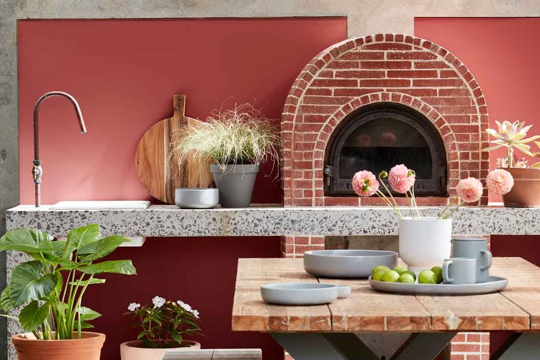 Outdoorküche mit roter Wandfarbe