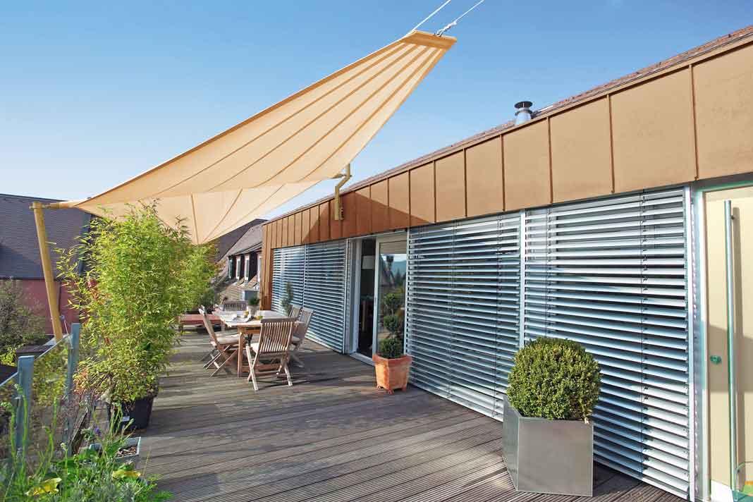 Sonnensegel als Sonnenschutz auf der Terrasse