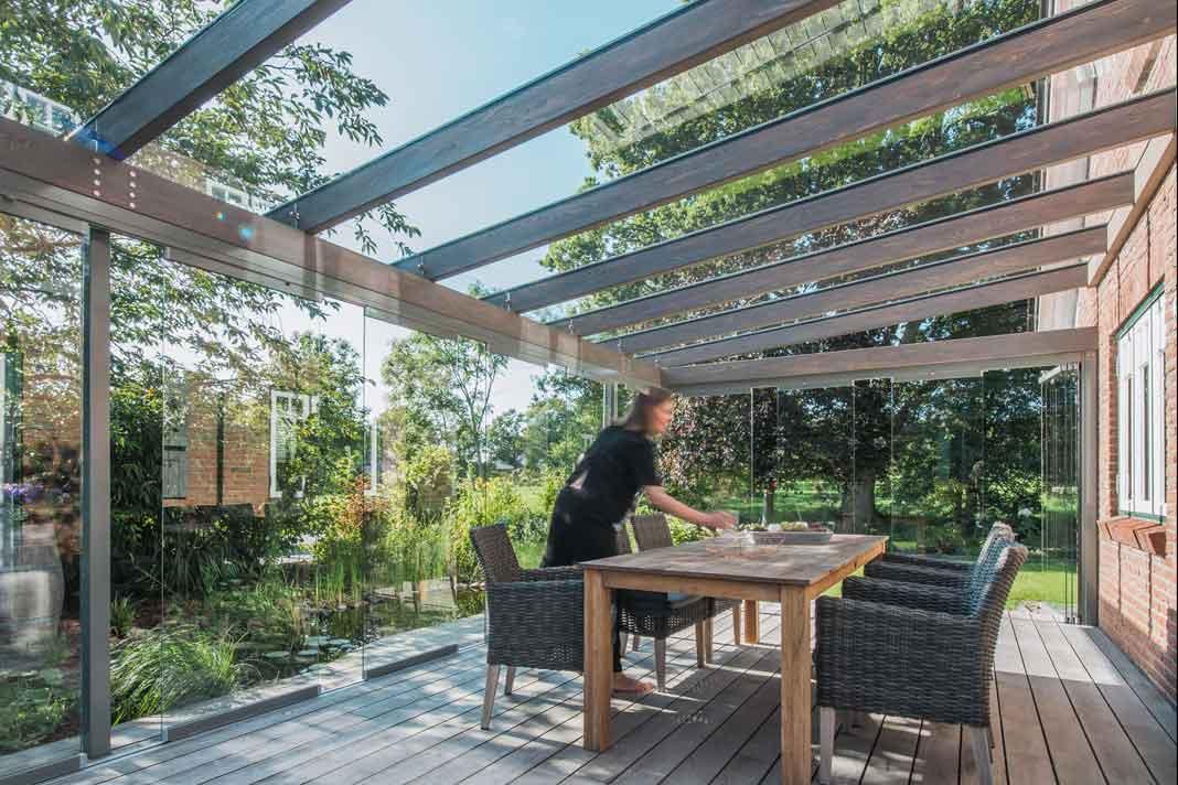 Holzbalken im Glashaus