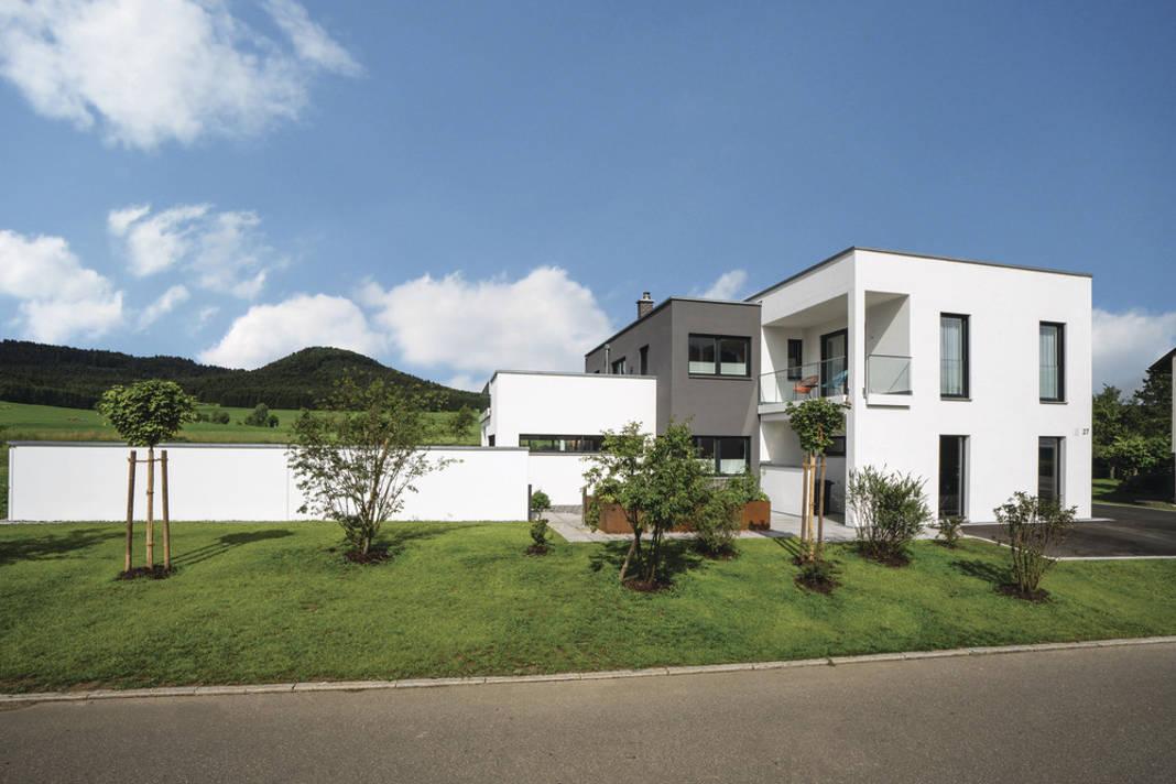 Villa als Architektenhaus im Bauhausstil in Weiß und Grau - WeberHaus