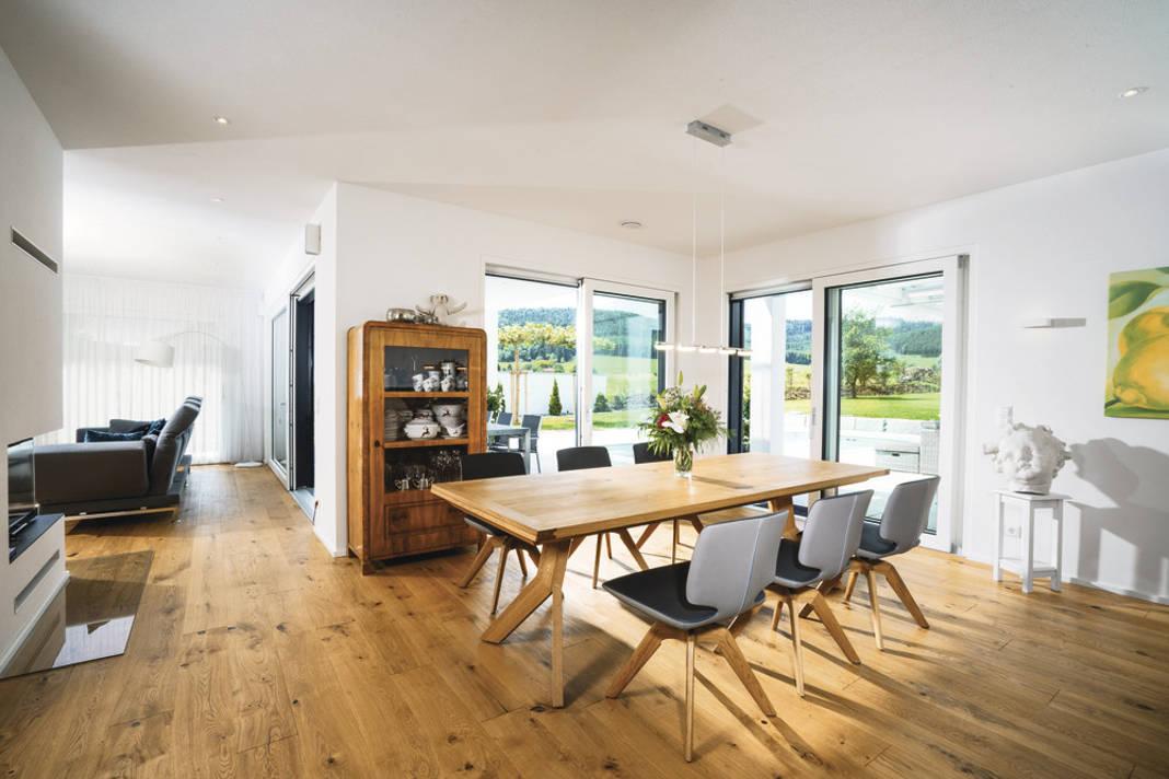 Bodentiefe Fenster beim Essbereich - Villa als Architektenhaus im Bauhausstil - WeberHaus