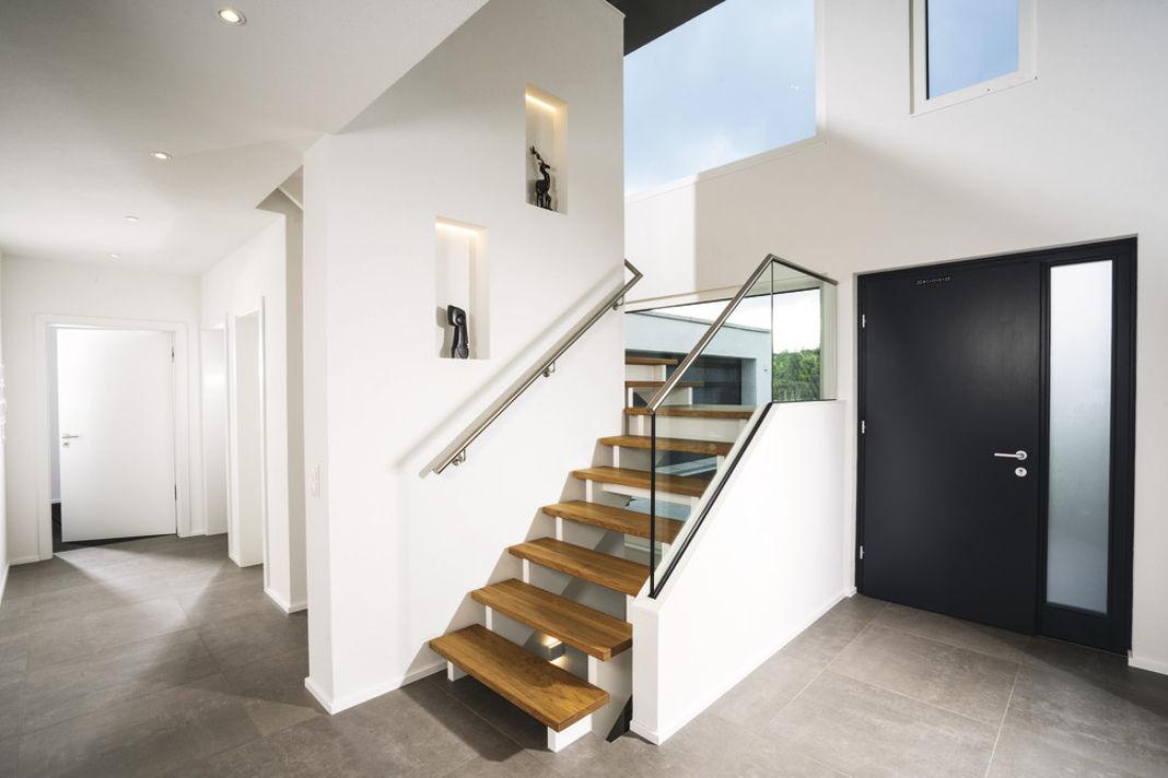 Villa im Bauhausstil - Offene Diele mit Galerie - WeberHaus