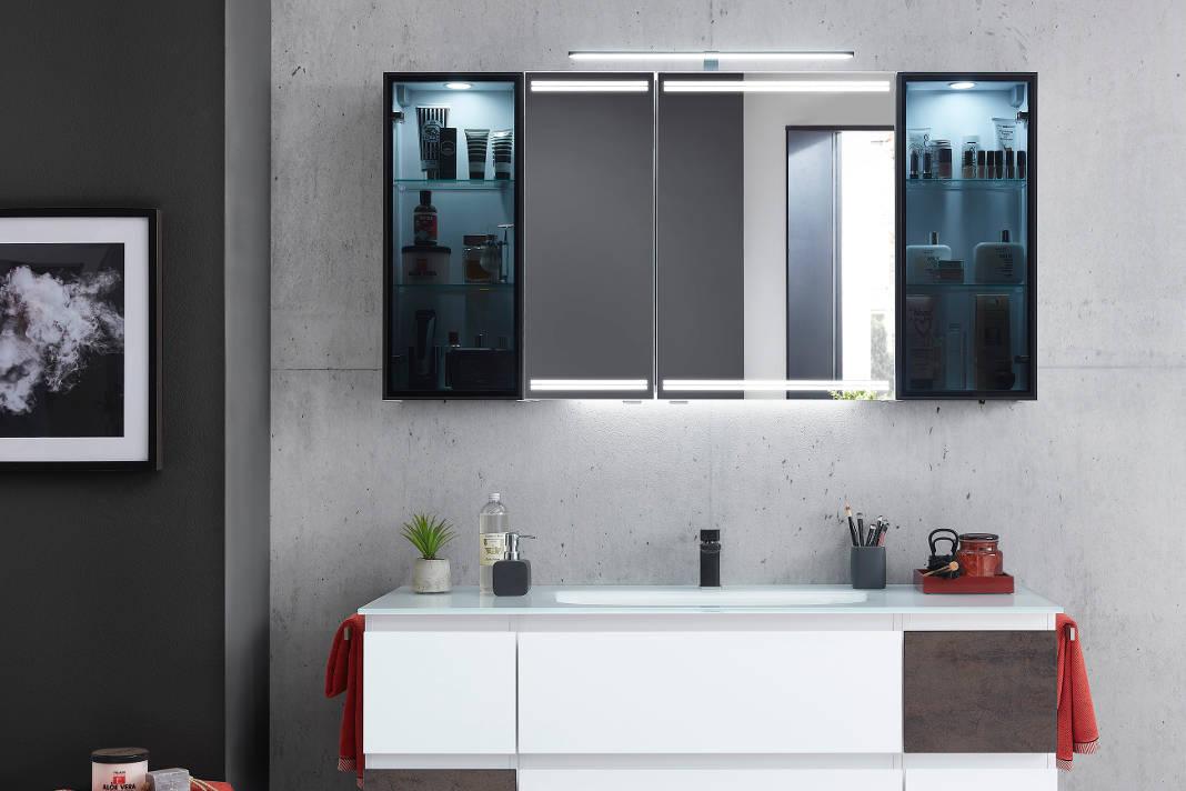 Individueller Badezimmerspiegel mit Vitrinen und Beleuchtung an den Seiten - Pelipal