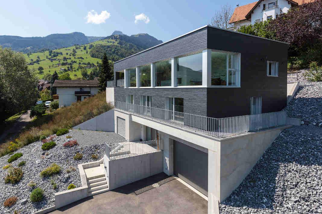 Uebereck-Verglasungen - Holzhaus mit natuerlicher Schieferfassade - Rathscheck