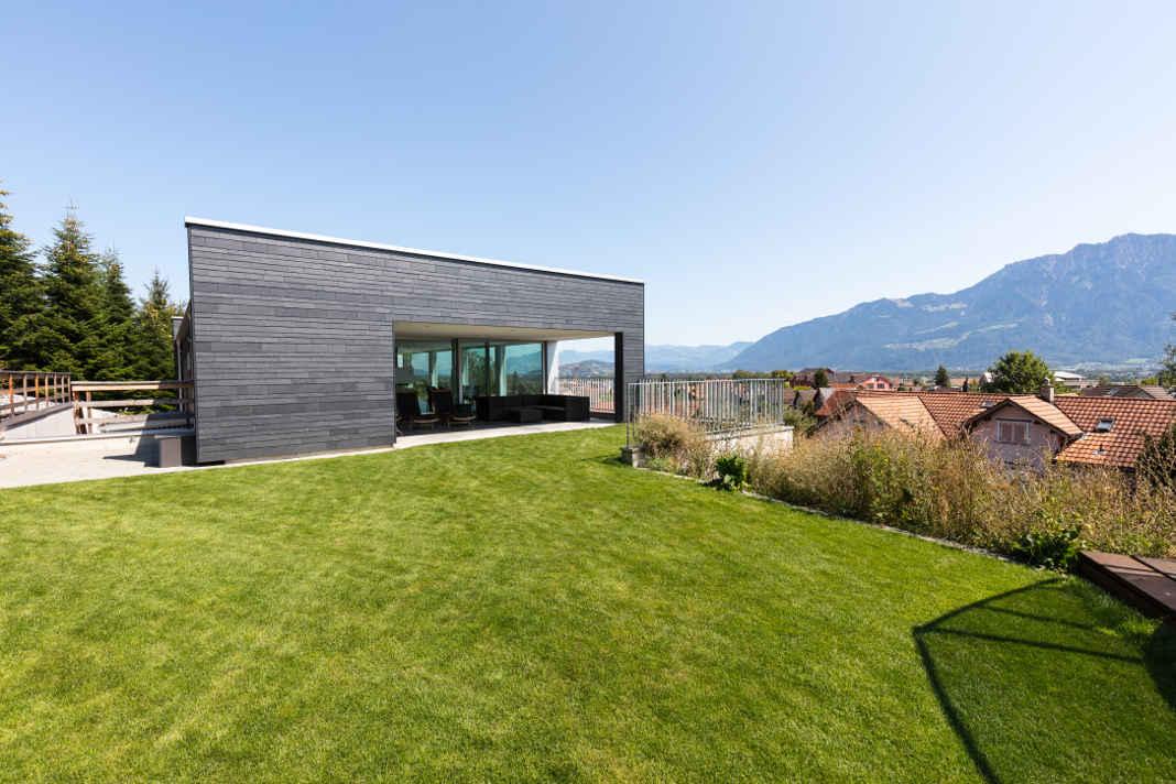 Natuerliche Schieferfassade und Aussenanlage mit Garten - Rathscheck
