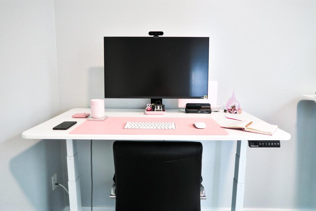 Höhenverstellbarer Tisch im Home Office