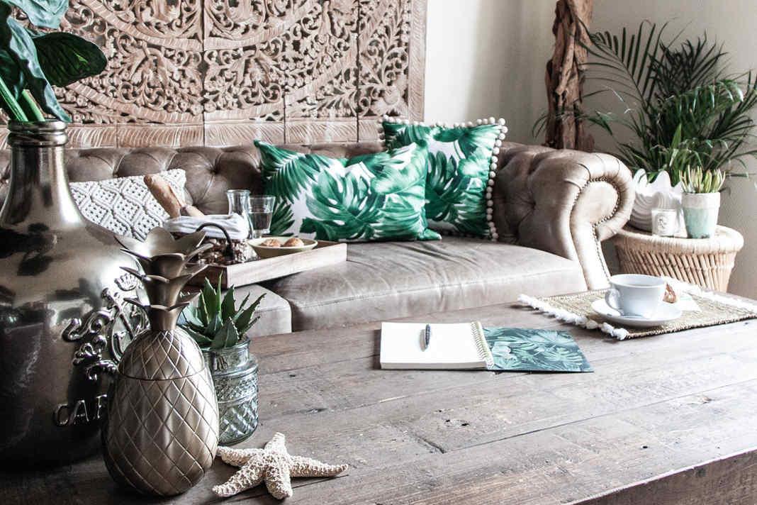 Natuerliche Materialien aus Holz und Kissen mit exotischen Pflanzen Prints - Dekoria GmbH