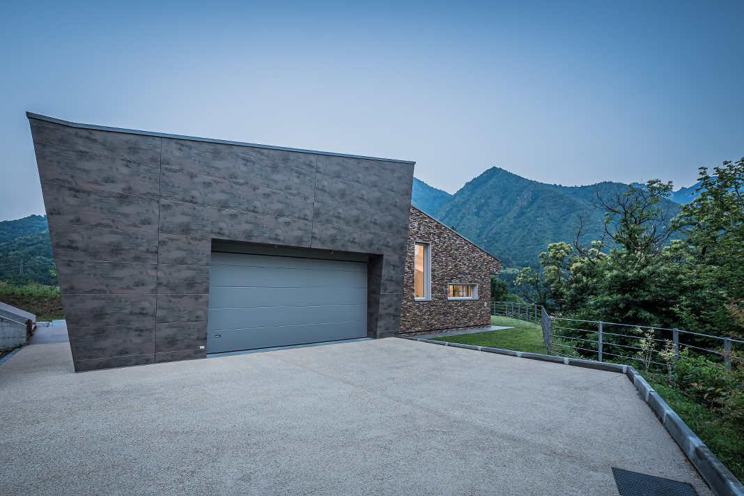 Moderne Garage vor Bergpanorama
