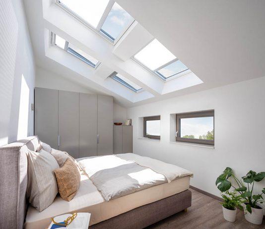 Helles Schlafzimmer mit Dachfenstern