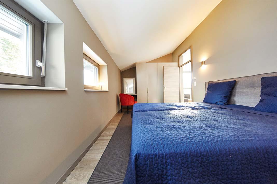 Modernes Schlafzimmer mit Fenstern