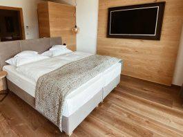 Natürliche Einrichtung im Schlafzimmer mit Holzmöbeln und einem Holzfußbodenn