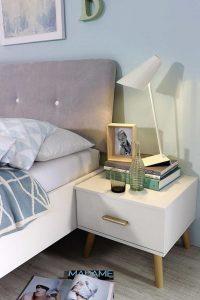 Hygge Schlafzimmer mit Nachttischlampe