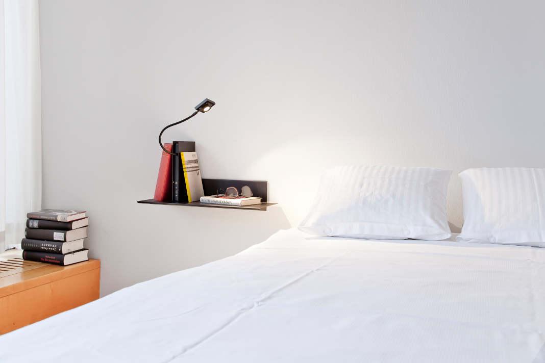 Schlafzimmerbeleuchtung: Nachttischlampe und Regal in einem