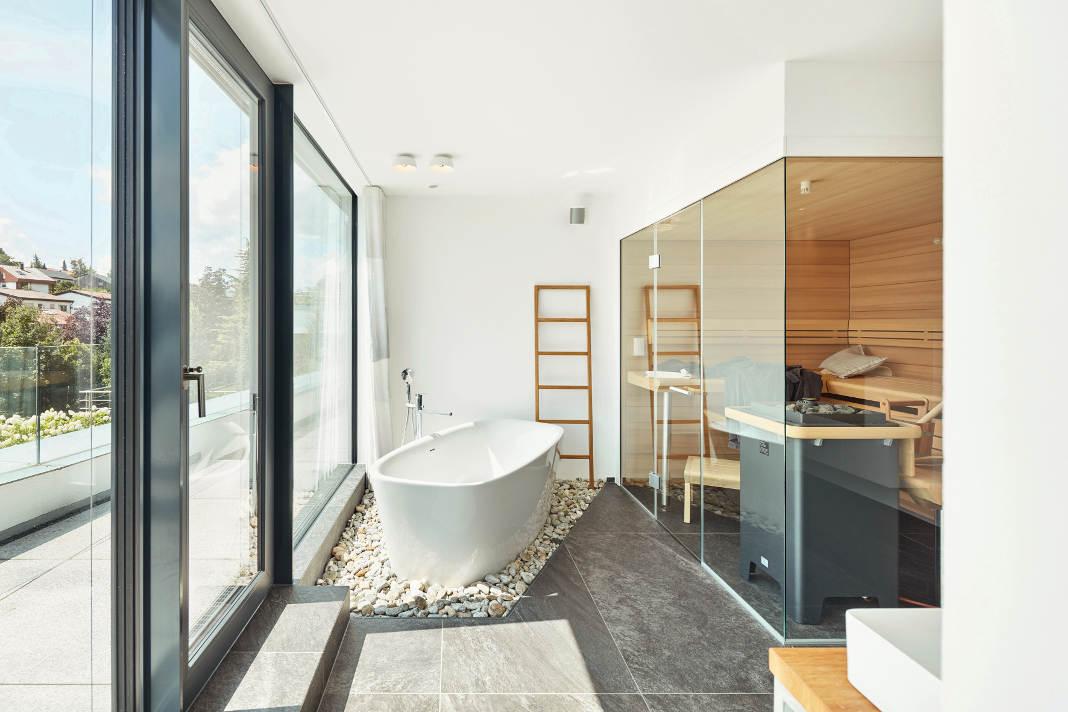 Wellnessbad mit Blick auf die Terrasse und Glassauna - Dietmar Strauss/ Rast-Bau GmbH