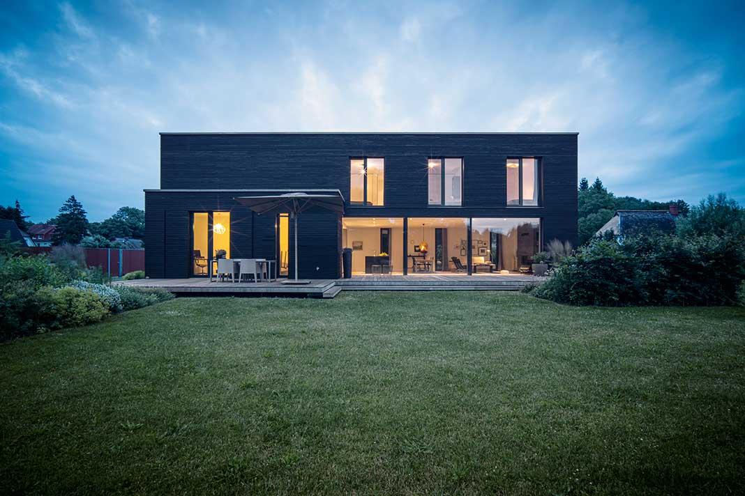 Einfamilienhaus im Bauhausstil in der Abenddämmerung.