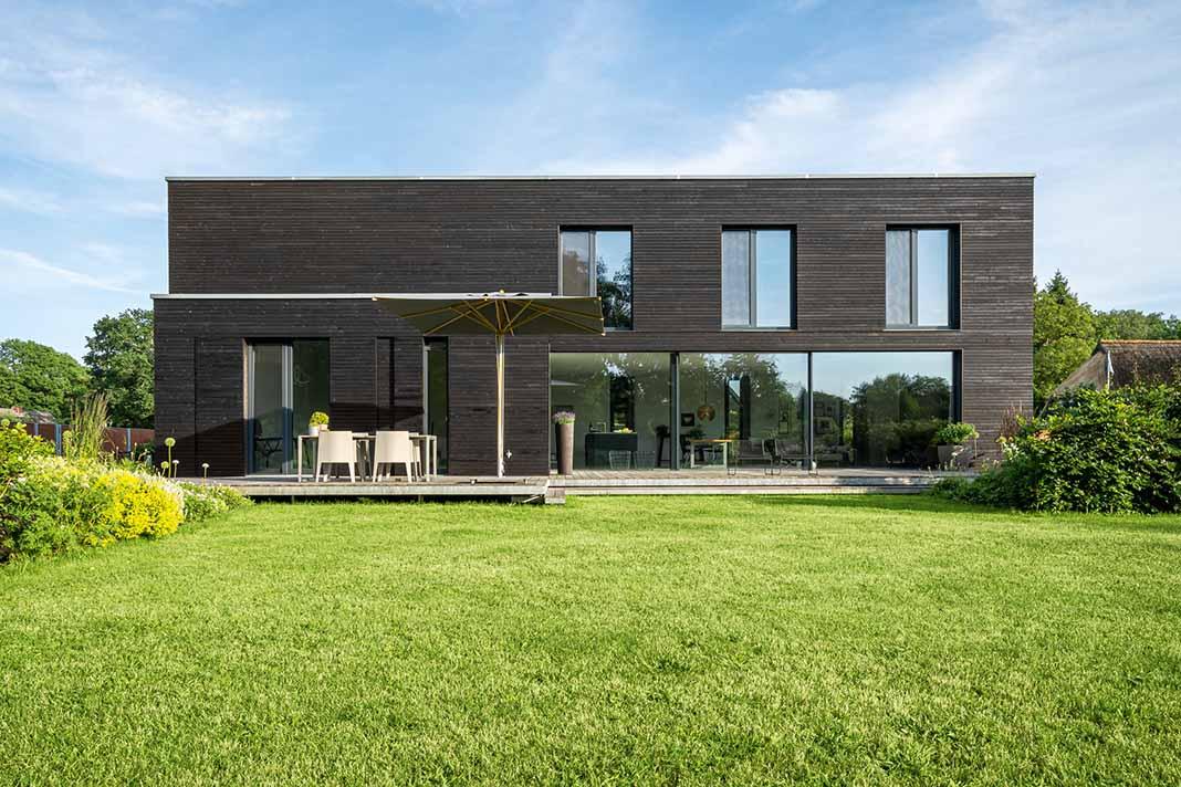 Einfamilienhaus im Bauhausstil mit Holzfassade.