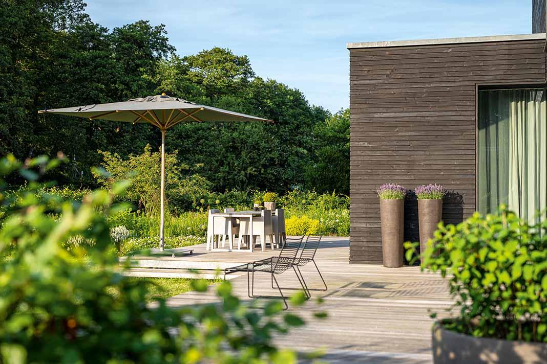 Terrasse mit Sonnenschirm
