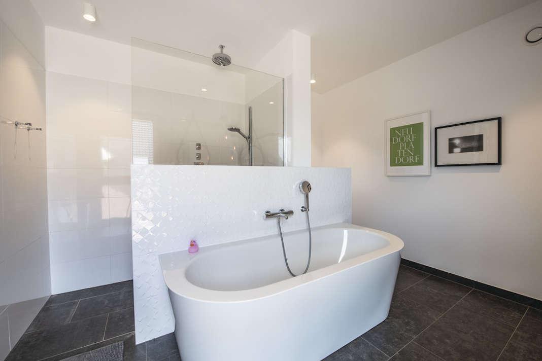 Badezimmer im Einfamilienhaus im Bauhausstil