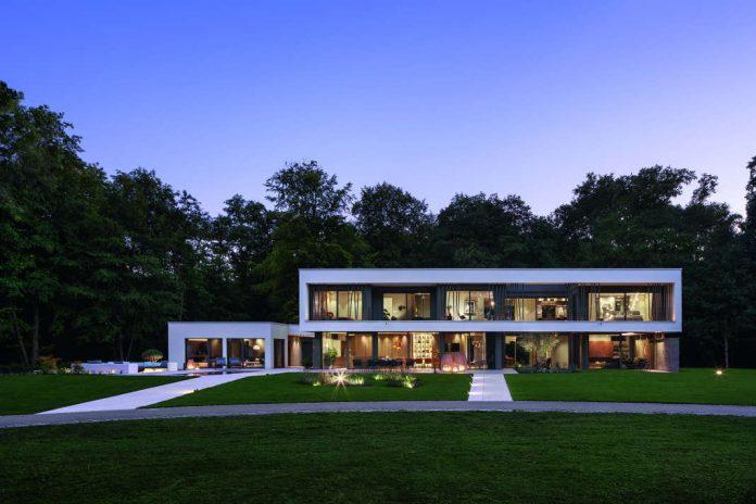 Abendstimmung - Lange Luxusvilla nach Tradition des Bauhauses - Foto: WeberHaus
