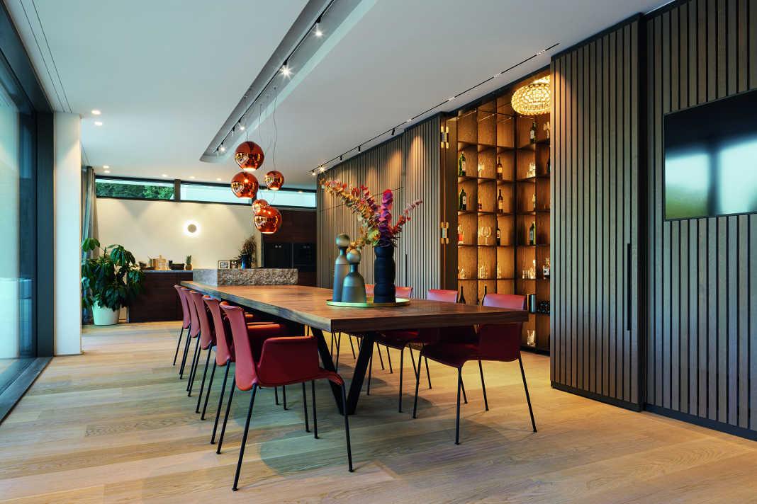 Offener Essbereich - Lange Luxusvilla nach Tradition des Bauhauses - Foto: WeberHaus