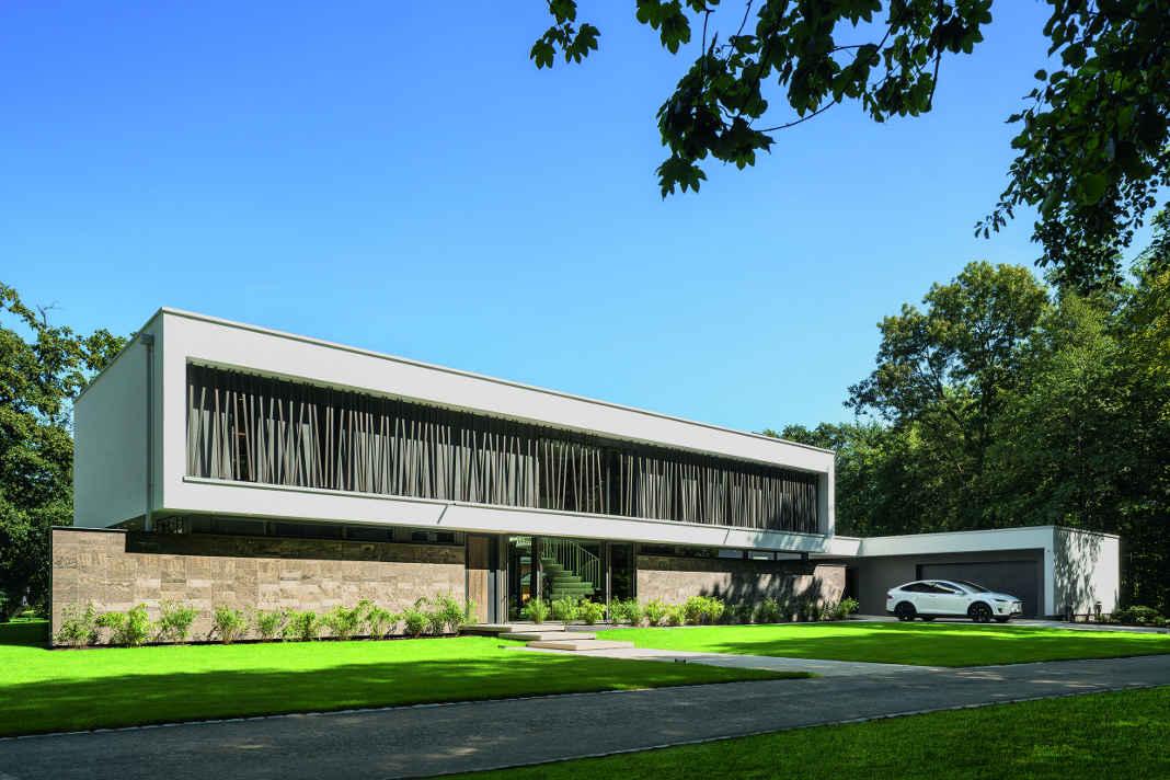 Frontseite mit Holzstaeben - Lange Luxusvilla nach Tradition des Bauhauses - Foto: WeberHaus
