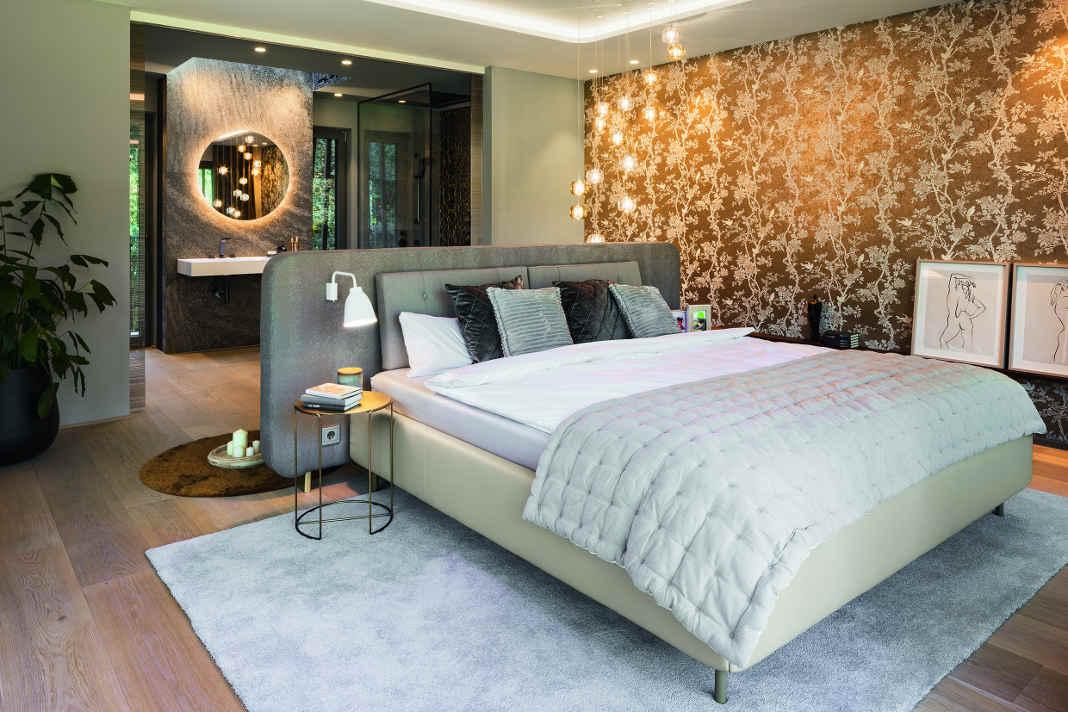 Schlafzimmer mit Bad - Lange Luxusvilla nach Tradition des Bauhauses - Foto: WeberHaus