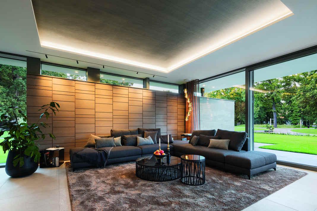 Wohnzimmer - Lange Luxusvilla nach Tradition des Bauhauses - Foto: WeberHaus
