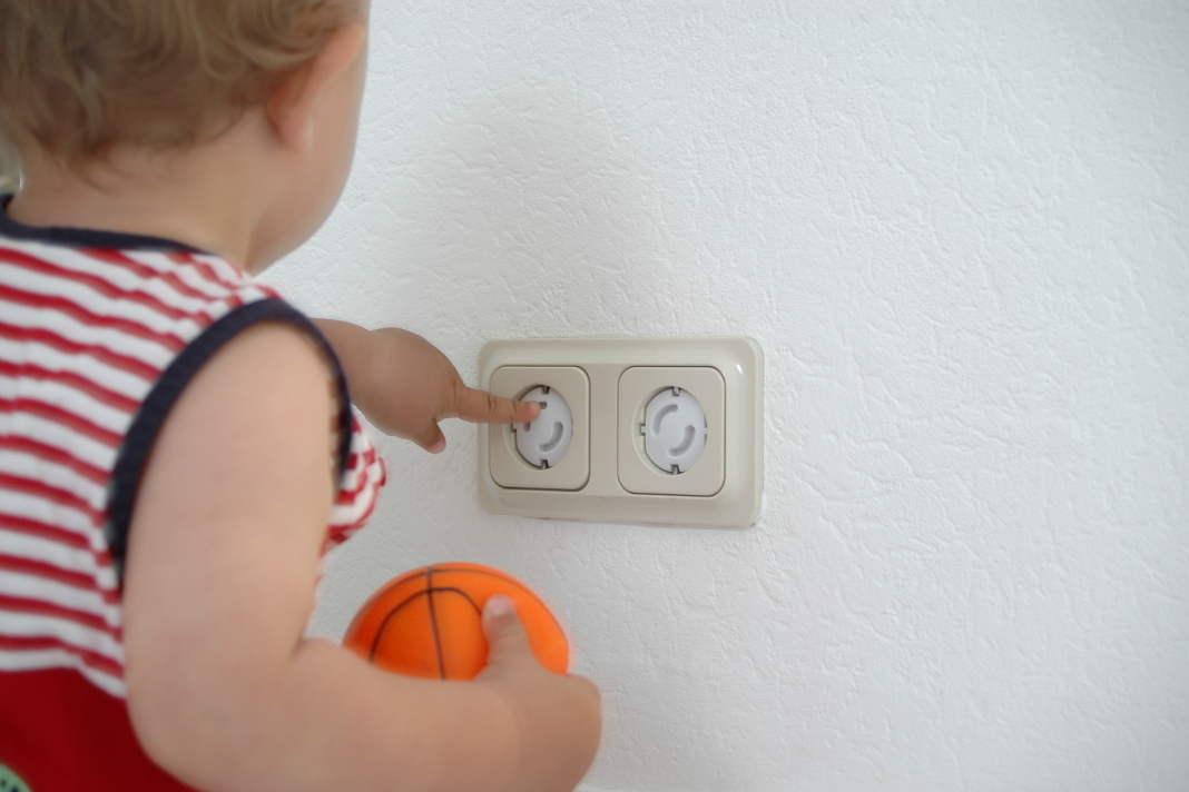 Haus kindersicher machen mit Kinderschutzsteckdose