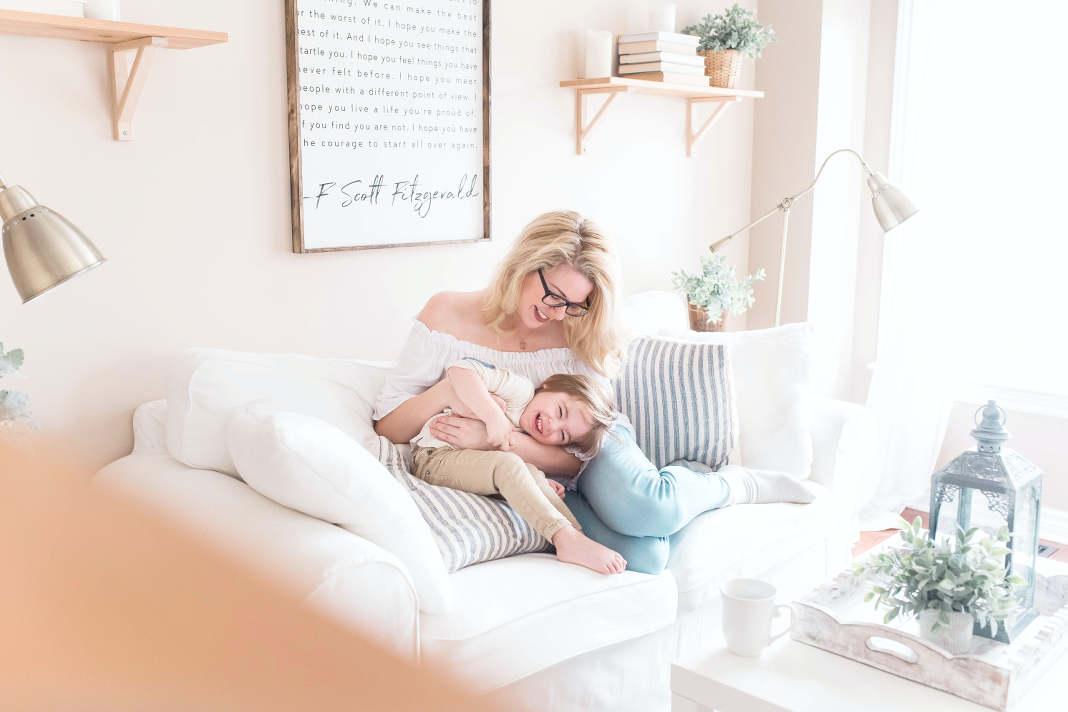 Haus kindersicher machen Mutter mit Tochter auf einem Sofa