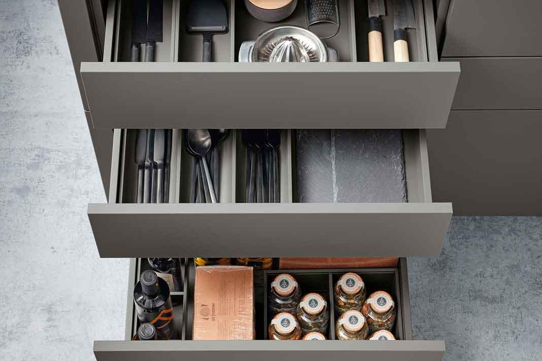 Schubladen in einer modernen Küche