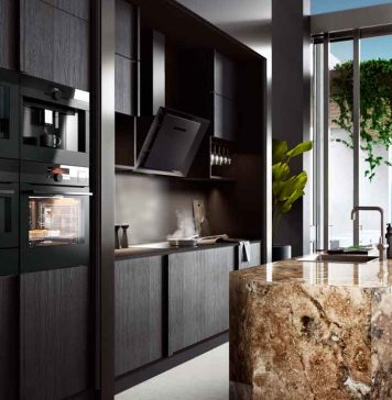 Schwarze Küche mit innovativen Küchengeräten