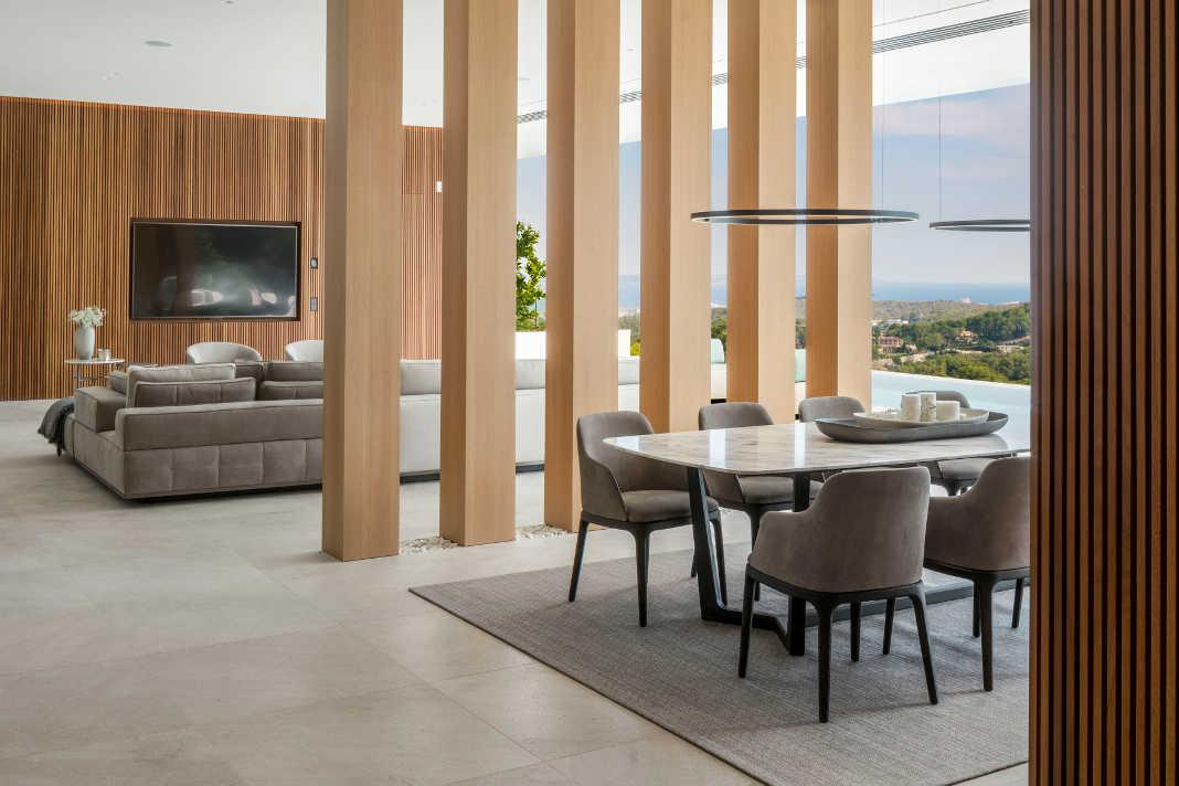 Trennung von Wohn- und Essbereich durch Stuetzen - M16 Luxusvilla - Terraza Balear/ Mauricio Fuertes