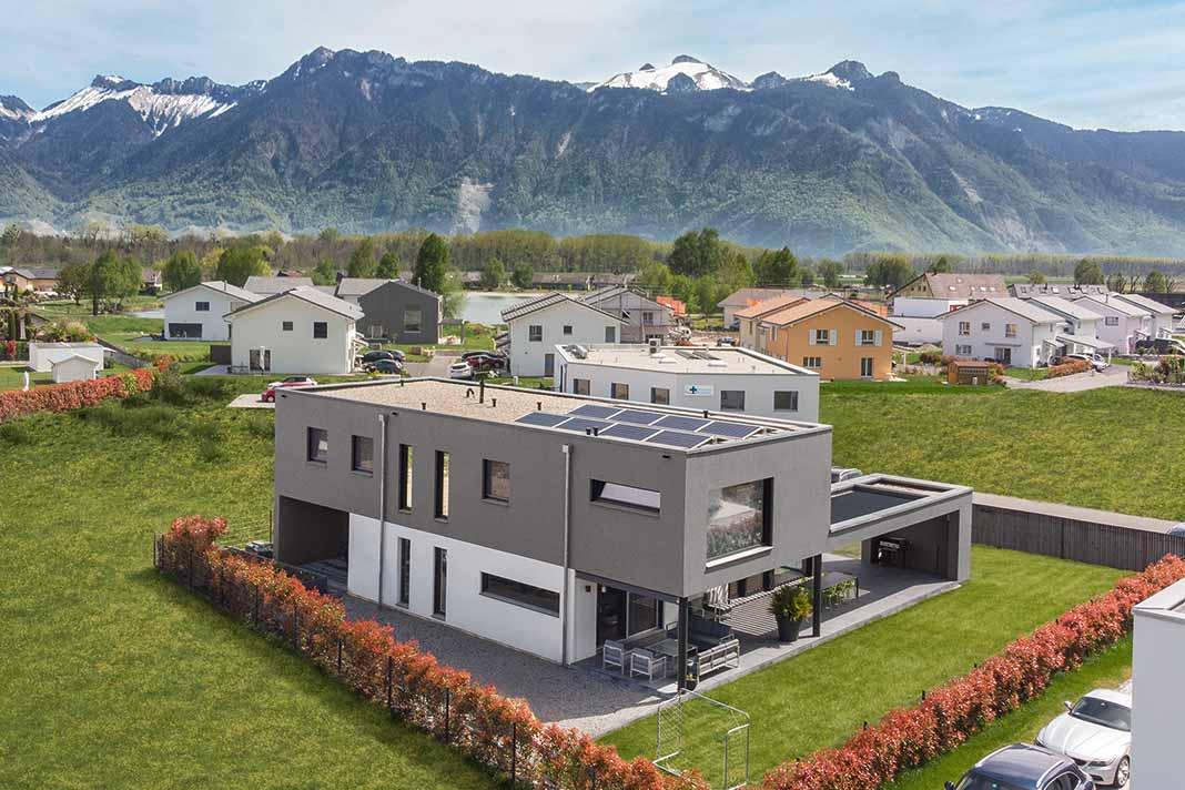 Aussenansicht der Architektenvilla mit Blick auf Schweizer Berge im Hintergrund