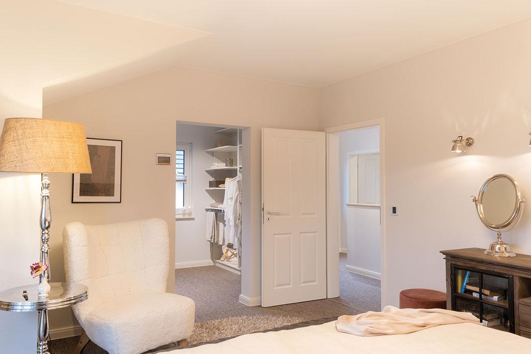 Schlafzimmer und Ankleide mit hohem Kniestock und minimaler Dachschräge