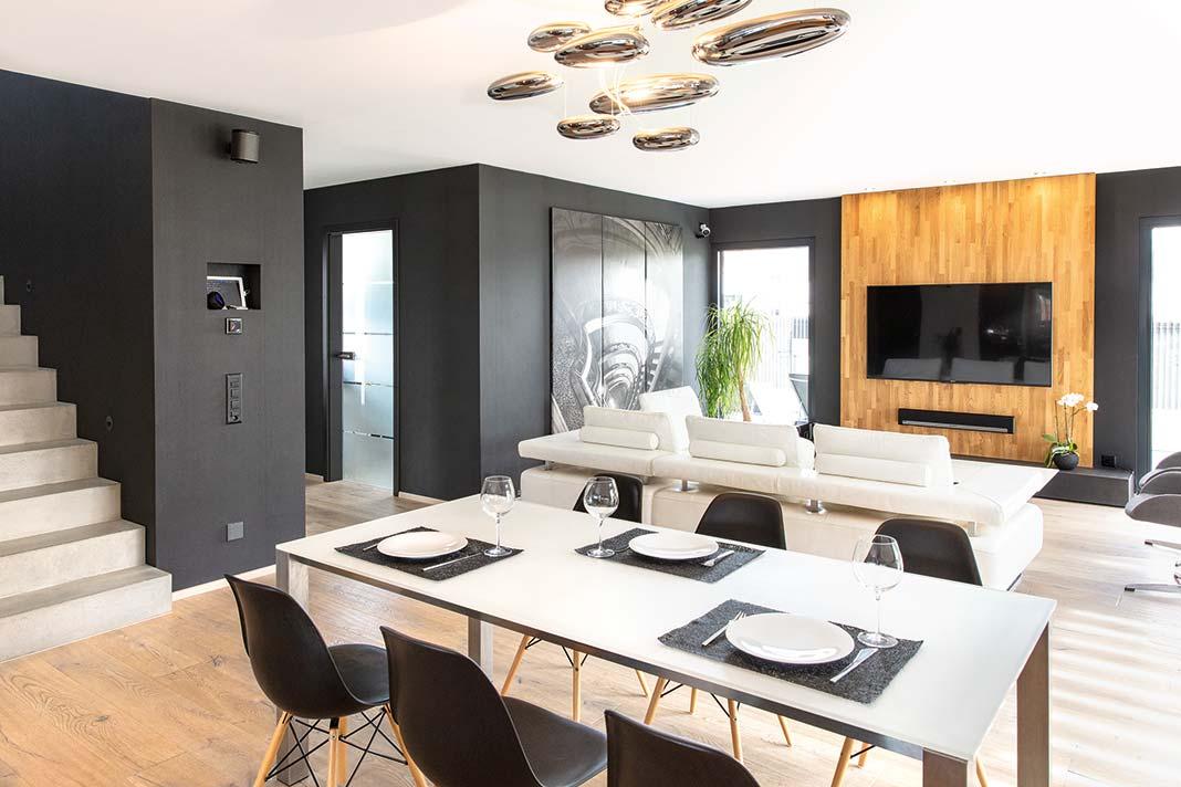 Wohn- und Essbereich mit fließend Übergang zu Diele und Küche sowie bodentiefen Fenstern