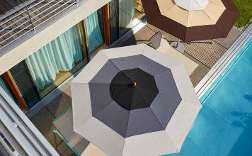 Sonnenschirme am Pool