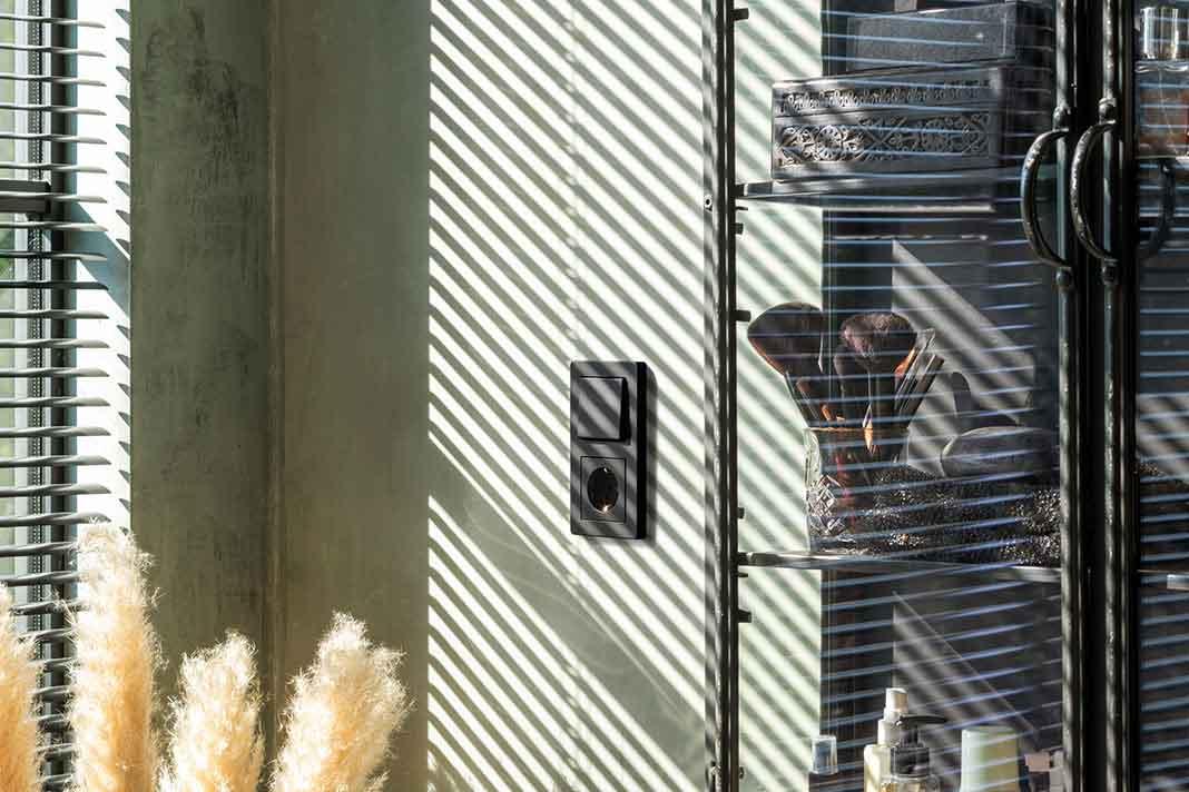 Steckdose und Lichtschalter Schwarz