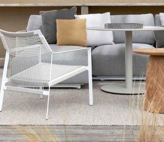 Kleiner Tisch mit Sofa im Garten