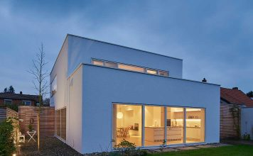Modernes Einfamilienhaus im Bauhausstil ganz in weiß