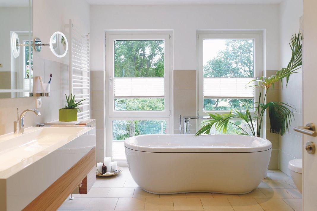 Cocooning im Bad; Freistehende Badewanne in einem hellen Badezimmer.