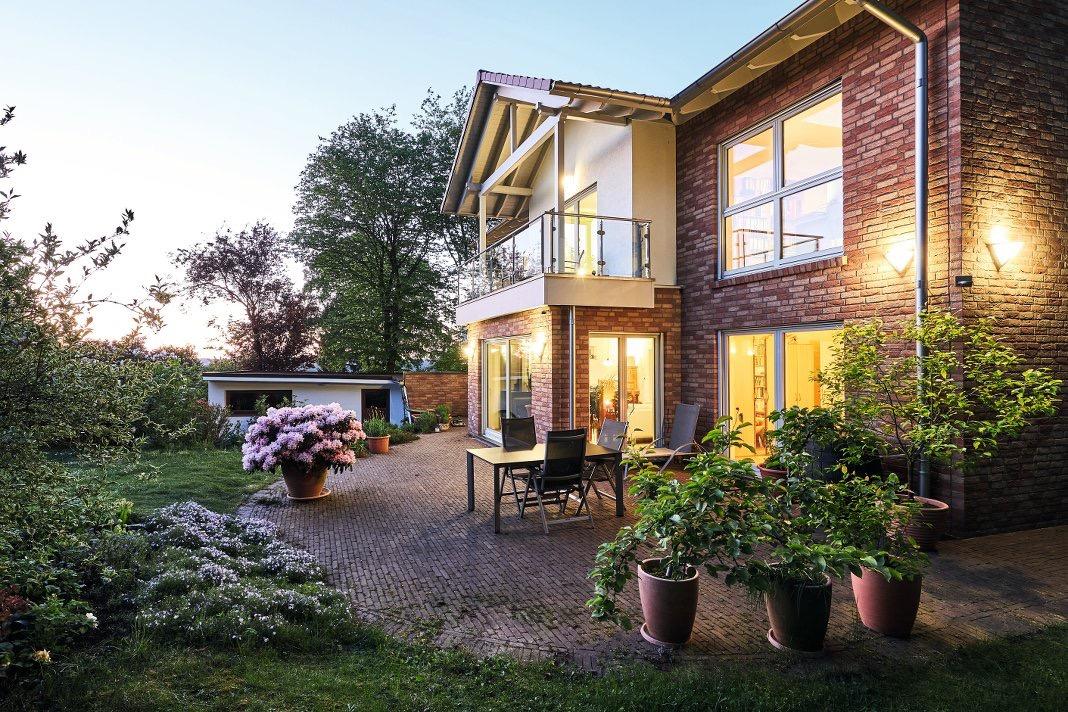 Haus mit Verblendsteinfassade.