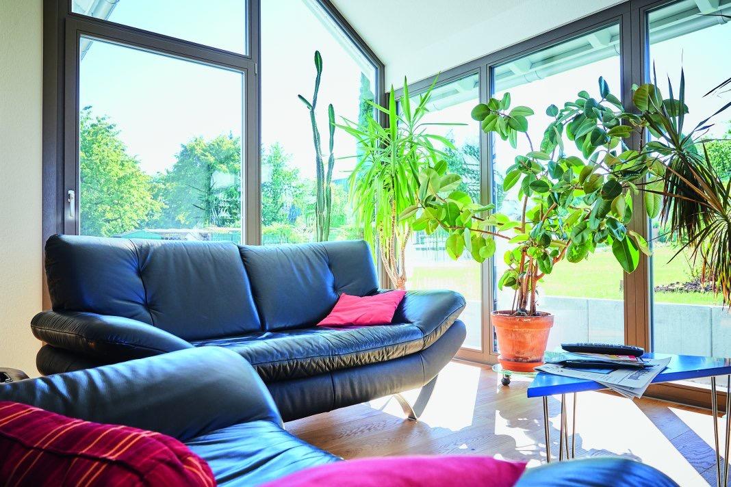 Wohnzimmer mit bodentiefen Fenstern.