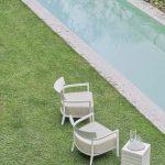 Loungemöbel Garten auf Rasen an einem Pool.