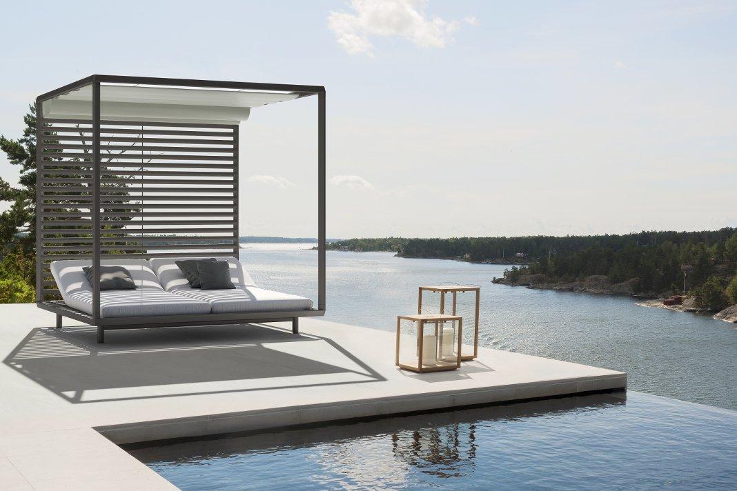 Pavilion Loungemöbel im Garten am Pool mit Blick aufs Meer.