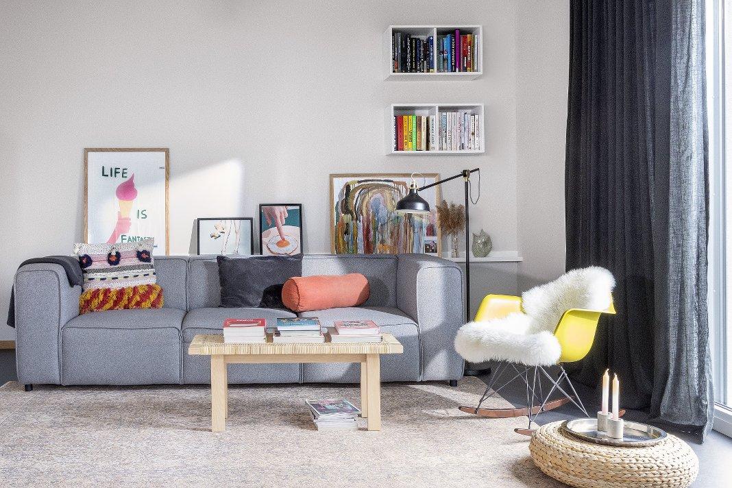 Nachhaltig eingerichtetes modernes Wohnzimmer.