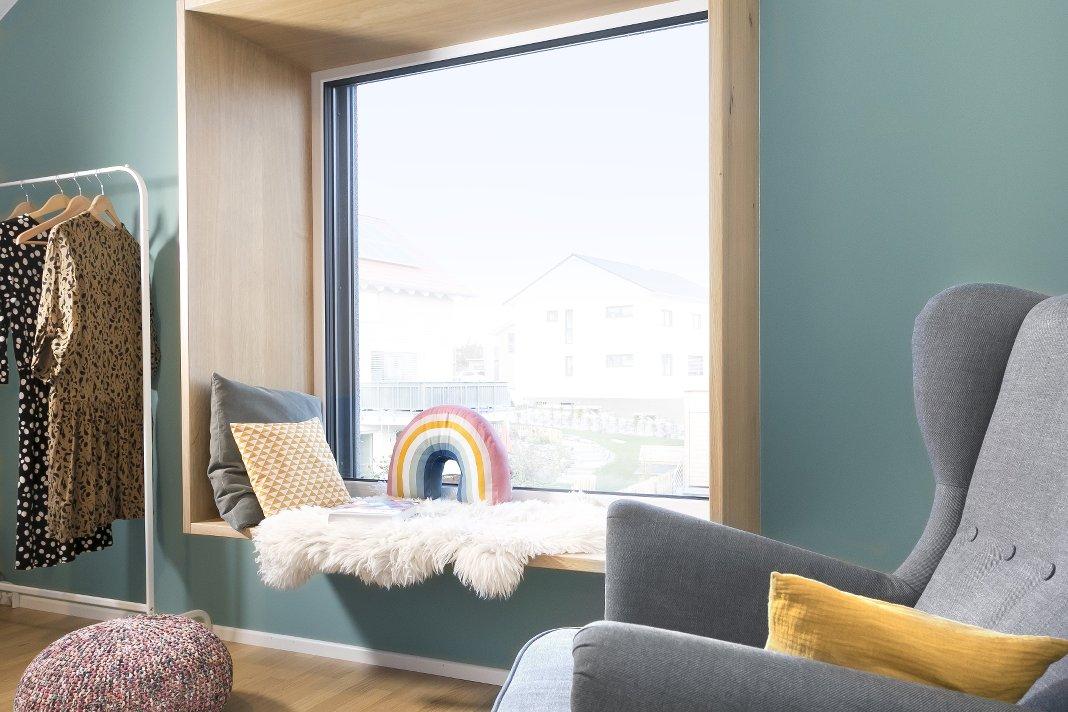 Gemütlichkeitsfenster in einem nachhaltigen Einfamilienhaus.